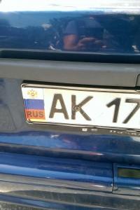 Украинский флаг заклеивают российским на автомобильных номерах