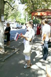 Счастливые крымчане с флажками России на улицах Симферополя